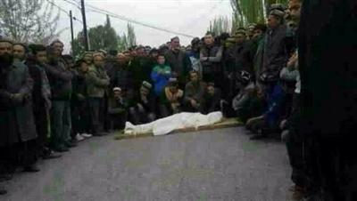 【中国】警察がウイグル少年を射殺→少年の遺体を担いで抗議デモ