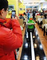 """【中国】ギョーザを包むコックも、料理を運ぶ店員もロボット…""""20人""""で運営する「ロボットレストラン」、ハルビンで開業(写真)"""
