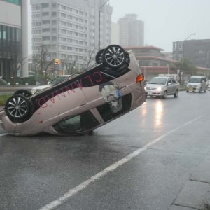 暴風に煽られCLANNADの痛車横転 沖縄・那覇市おもろまち