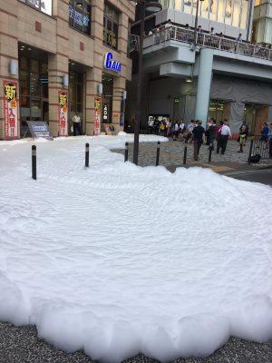 【速報】海老名駅前、泡まみれ