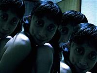 暗い部屋で女数人がこっちを覗きこんでる画像