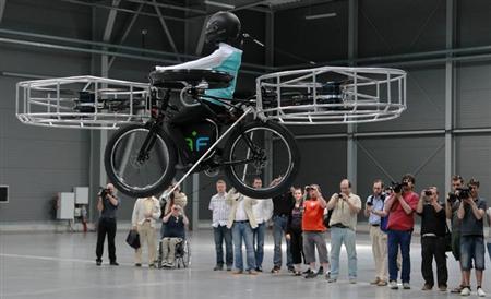 「空飛ぶ自転車」でサイクリング、チェコのデザイナーらが開発