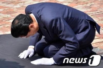 【政治】ひざまづいて謝罪 韓国で鳩山元首相