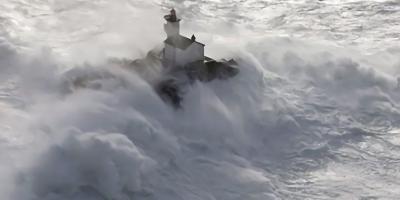 【フランス】絶海の孤島に浮かぶ「お化け灯台」 そしてそこで一人孤独に生活することを決めた男性